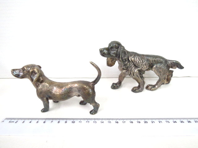 שתי פיגורות כסף אלקטרופורמינג כלב תחש וכלב קוקר ספניאל