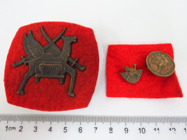 """סמל כובע לכפיה, של סיירת הגמלים של צה""""ל, וכן שתי סיכות של אותה יחידה, שנות ה60, (נדיר, היה בשימוש זמן קצר ביותר)"""