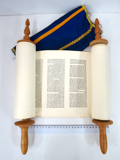 """ספר תורה, מודפס ע""""ג נייר עם עצי חיים ומעיל, ישראל, שנות ה60"""