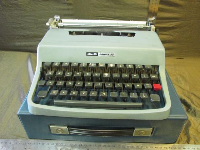 מכונת כתיבה Olivetti דגם  Lettera 32