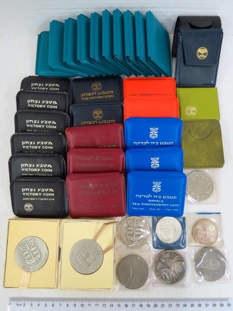"""שלושים ושמונה מדליות ומטבעות כסף: 10 מטבע מקוה ישראל 1970, 8 מטבע הנצחון 1967, 2 תעשיות עתירות מדע 1971, 3 מטבע יום העצמאות 1974, 3 כנ""""ל 1973, 25 ישראל, 3 פדיון הבן, קרן היסוד, אל"""