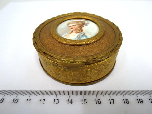 קופסת תכשיטים קטנה, עשויה פליז ונחושת מוזהבים, עם פלק פורצלן, עליו ציור דיוקן אישה, סוף המאה ה18