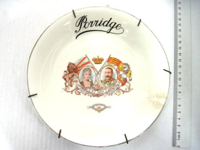 צלחת אבנית לדייסה porridge לכבוד היובל ה25 של הזוג המלכותי, ג'ורג ה-5 ומרי, 1935