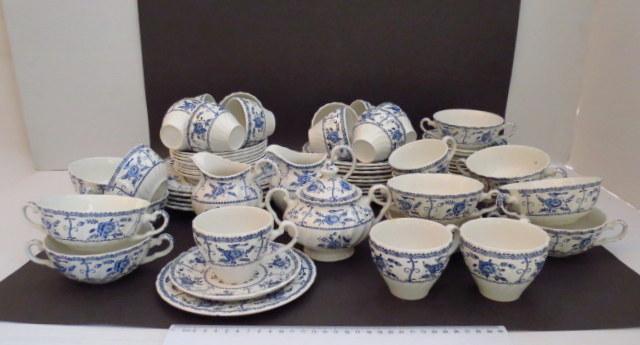 סרוויס קרמיקה תוצ Johnson Bros אנגליה, דוגמת Indies, הכולל: 12 ספלים צרפתיים עם 8 תחתיות, 15 ספלי קפה עם 15 תחתיות, שני קנקני חלב, קופסת סוכר, 3 צלחות הגשה, 10 צלחות עוגה וצלוחית נוספת