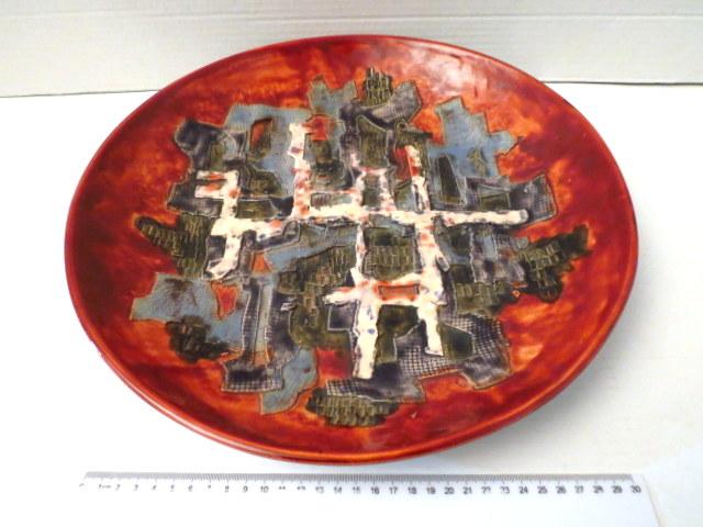 צלחת קרמיקה עבודת גופר עם עבודת תבליט מופשט, חתום (65)