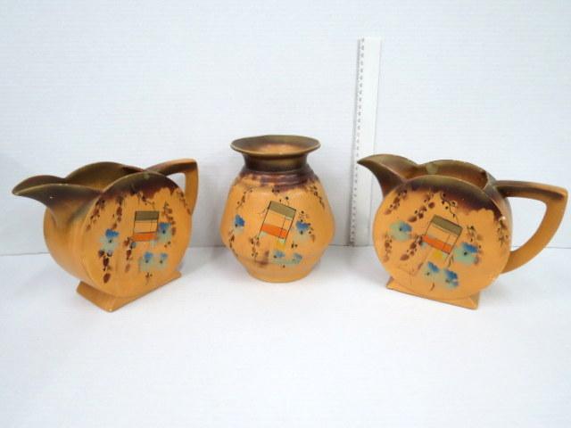 שלושה פריטי קרמיקה, אנגליה שנות ה20-30, שני קנקנים ואגרטל