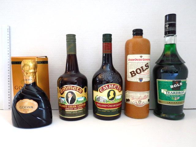 שני בקבוקי Emmets, ליקר אירי שני בקבוקי ליקר Bols, הולנד, וליקר Godiva, איטלקי, ישנים