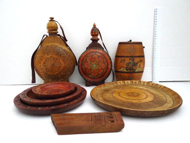 לוט עבודות עץ רומניות: ארבע צלחות, שלושה בקבוקים וחליל