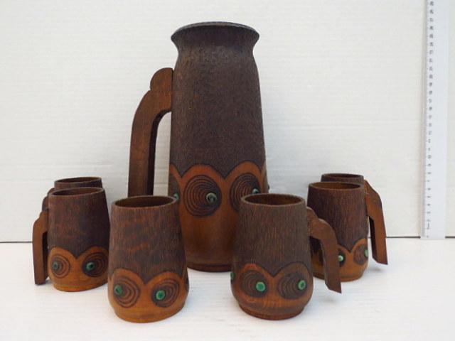 קנקן ושש כוסות, עץ חרוט, עם עבודת צריבה