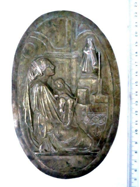 עבודת תבליט עתיקה, מתכת מצופה כסף, מראה אישה עם תינוק, בתפילה