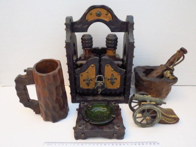 חמישה פריטי קישוט, עץ ספרדיים מתקן עץ עם זוג בקבוקים למשקאות חריפים, מכתש ועלי, כוס, מאפרה ותותח קישוט