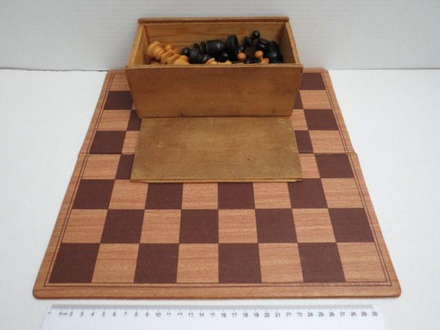 סט כלי שח עם לוח, כלים עשויים עץ חרוט