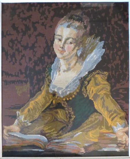 גובלן ממוסגר, מראה גברת בתלבושת תקופתית עם ספר