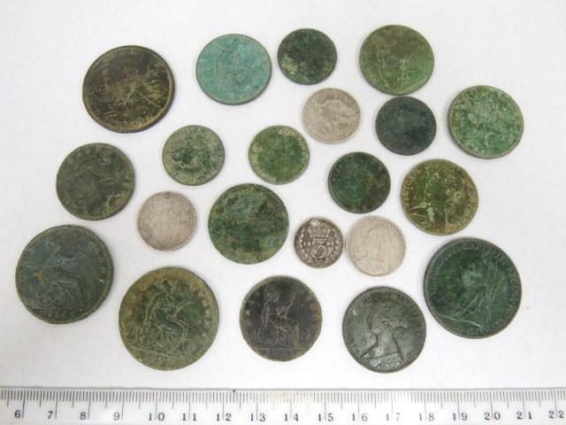 21 מטבעות ויקטוריאנים: ארבעה עשויים כסף, שבעה עשר נחושת