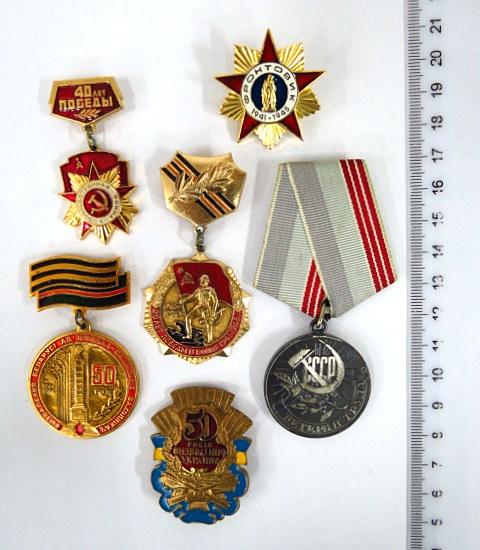 """חמש סיכות, ברית המועצות זכרון למלחמת העולם השניה, ואות """"ווטרן העבודה"""", עם שלוש תעודות"""
