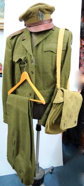 """מדי צה""""ל שנות ה50: ירכית ומכנסי ירכית, עם דרגות אלוף משנה וכן כובע עם סמל המטכ""""ל ותיק """"שכל"""""""