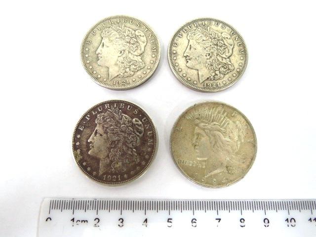 """ארבעה מטבעות כסף, דולר ארה""""ב שלושה Morgan type 1921, מצבים VF-XF, אחד Peace type, מצב VF-XF, כסף 900"""