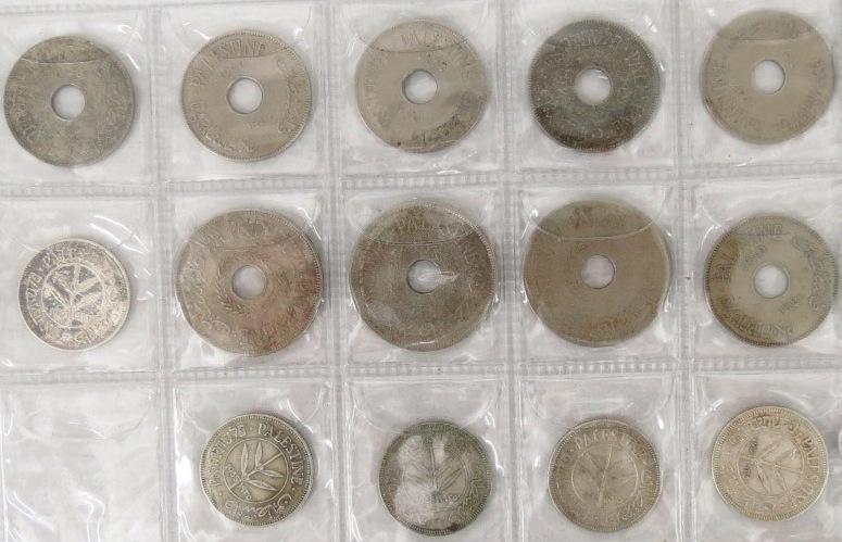 ארבעה עשר מטבעות מנדט: עשרה מיל (שנים מ-1927, 1935, שלושה מ-1940), עשרים מיל (שלושה מ-1927), חמישים מיל  (1927, ארבעה מ-1935)