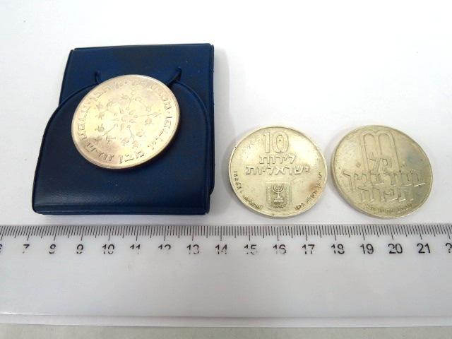 """שלושה מטבעות פדיון הבן: שנים כסף 900 ע""""ס 10 לירות 1972 ( 26 גרם כ""""א), ואחד כסף 800, ע""""ס 25 לירות, 1976, 30 גרם, מצב Fine"""