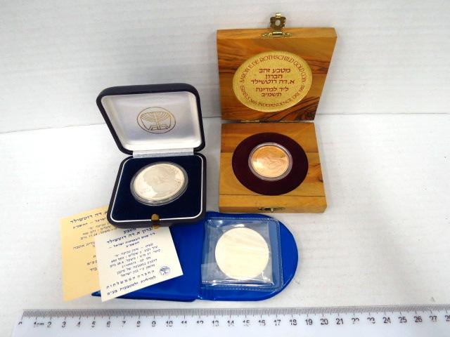 """סט מטבעות """"הברון א.דה רוטשילד, לד שנים לעצמאות ישראל תשמ""""ב 1982: ע""""ס 10 שקלים זהב 900, 17.3 גרם, כסף 800 קישוט ורגיל, כ""""א ע""""ס 2 שקלים, 28.6 גרם"""