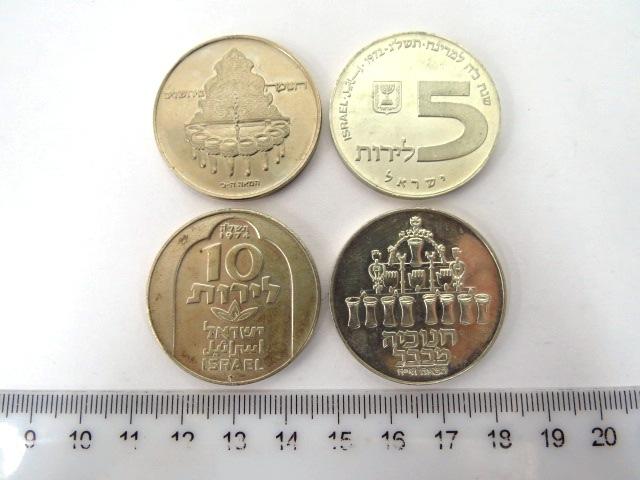 """ארבעה מטבעות חנוכה: תשל""""ג 1972 כסף 750, 20 גרם, חנוכיה מרוסיה, תשל""""ד, 1973, כסף 500, 20 גרם, חנוכיה מבבל, תשל""""ה, 1974, כסף 500, 20 גרם, חנוכיה מדמשק, תשל""""ח, 1977, ניקל חנוכיה מירושלים"""