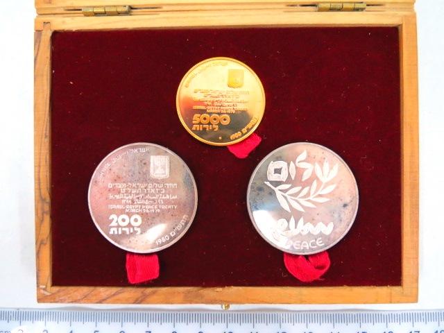 """סדרת מטבעות """"שלום"""", יום העצמאות הל""""ב, תש""""מ 1980, כולל: מטבע זהב 900, ע""""ס 5000 לירות, 17.3 גרם, מטבע כסף 900 קישור, 26 גרם ע""""ס 200 לירות, ומטבע כסף 900 רגיל, 26 גרם, ע""""ס 200 לירות, בקופסת עץ זית מקורית"""