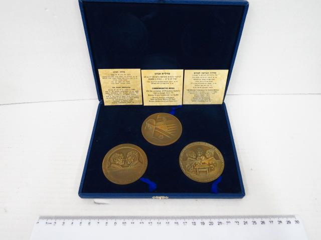 """סט של שלוש מדליות ברונזה חב' אמנוגרף, ישראל בע""""מ: מדלית הפרידה לשלום, מדלית השלום, ומדלית זכרון לביקור סאדאת, ממלוספרים מס 991 מס""""ה 10000"""
