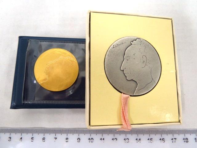 """שתי מדליות: התחרות הבינלאומית הראשונה לפסנתר ע""""ש ארתור רובינשטיין, ירושלים, תשל""""ד: זהב 916, 30 גרם, כסף 47 גרם"""