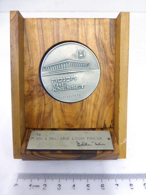 """מדליית כסף 935, """"הכנסת"""" מדליה מתוארכת 3.12.72 To Mr+Mrs Arie Louis Pincus, Golda Meir"""