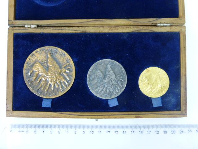 """סדרת מדליות , """"עליה"""" כולל זהב 22K, 28.8 גרם, כסף 47.2 גרם וארד"""