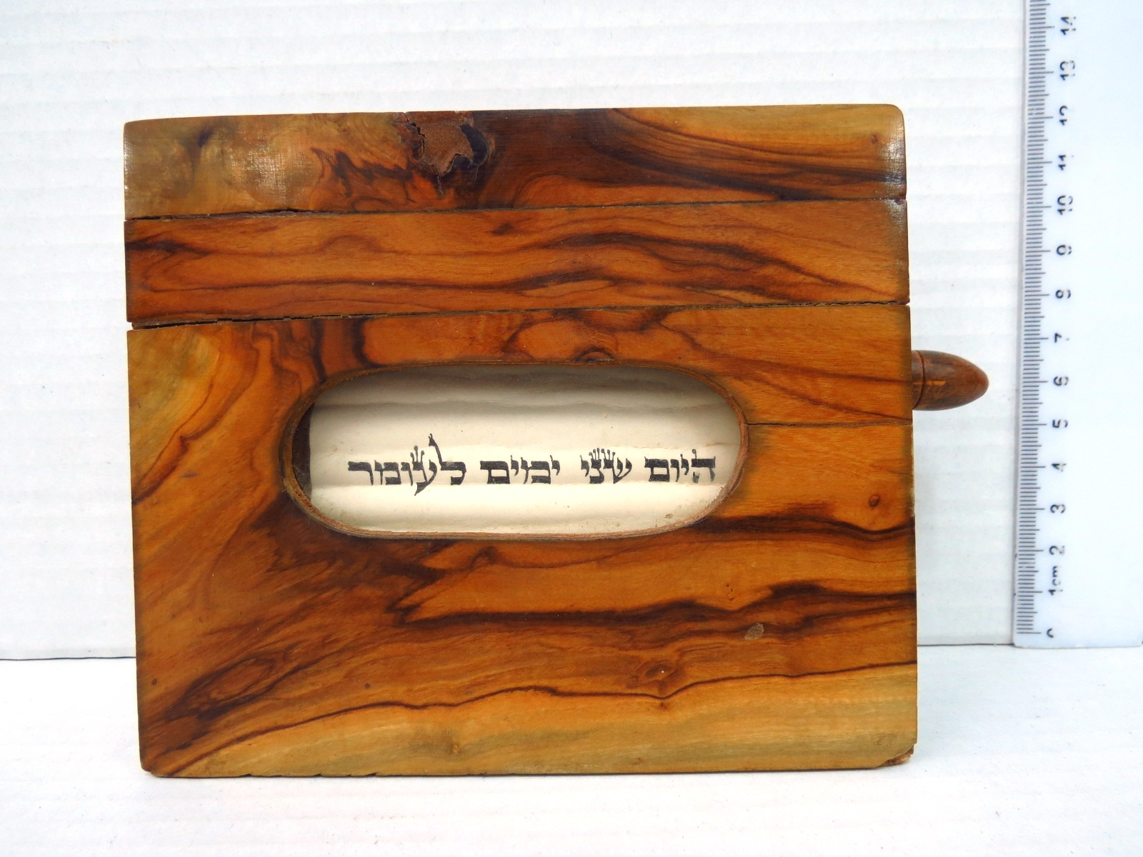 קופסת עץ זית עם מגילת קלף כתובה ביד, לספירת העומר