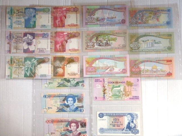 """לוט שטרות איי חבר העמים הבריטי: של Central Bank of Seychelles ע""""ס  10,25,50, שנים של 100 ו-500 רופיות, Maldives Monetary Authority: ע""""ס 5,10,20,50,100,500 רופיות Rufiyaa של Eastern Caribbean Central Bank ע""""ס 5,10,20 דולר, Bank of Mauritius: ע""""ס 5 רופיות, Cook Islands: ע""""ס 3 דולר"""