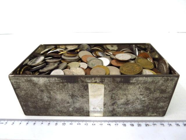 """קופסה עם מטבעות """"כל העולם"""" כ-5.400 ק""""ג"""