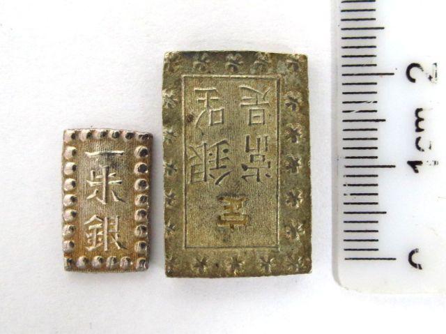 """שני מטבעות כסף יפניים: ע""""ס Shu אחד, 1853-1865, 1.9 גרם, ע""""ס Bu אחד, 1837-1854, 8.7 גרם, מצבים UNC"""