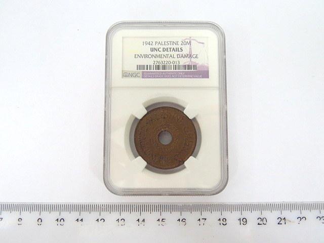 """מטבע נחושת ע""""ס 20 מיל, פלשתינה-א""""י 1942, דרוג NGC מצב UNC (חמצון קל)"""