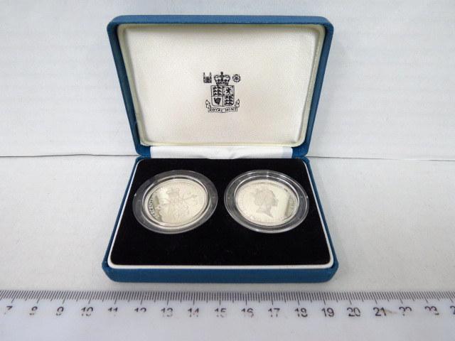 """סט של שני מטבעות כסף אנגלים ע""""ס שני פאונד המלכה אליזבט השניה, לכבוד שלוש מאות שנה להצהרת הזכויות, בקופסה  """"Tercentenary of the Bill of Rights 1689-1989, מצב UC"""
