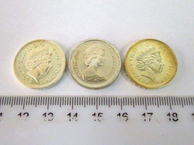 """שלושה מטבעות כסף אנגליים, ע""""ס פאונד אחד המלכה אליזבו השניה, 1983, 1999, 2002 (הטבעה רגילה)"""