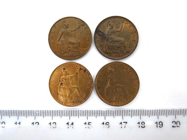 """ארבעה מטבעות נחושת אנגליים ע""""ס חצי פני שניים של המלכה ויקטוריה, שנים 1879, 1901, אחד של המלך אדוארד השביעי, 1908, אחד של המלך ג'ורג' החמישי, 1929"""