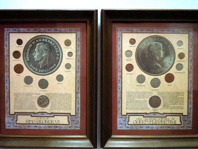 שני גליונות מודפסים וממוסגרים,, עם דוגמאות מטבעות אנגליה, המלך ג'ורג' ה-6 והמלכה אליזבת השניה
