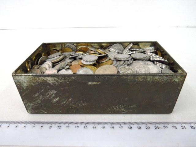 """קופסה עם מטבעות ישראלים ישנים כ-3.300 ק""""ג"""