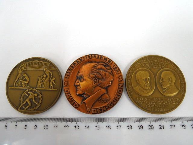 """שלוש מדליות ברונזה: דוד בן גוריון לגבורות, תשכ""""ז 1967, אדמונד דה רוטשילד ובנו ג'ימס בונה משכן הכנסת תשכ""""ו  1966(2)"""