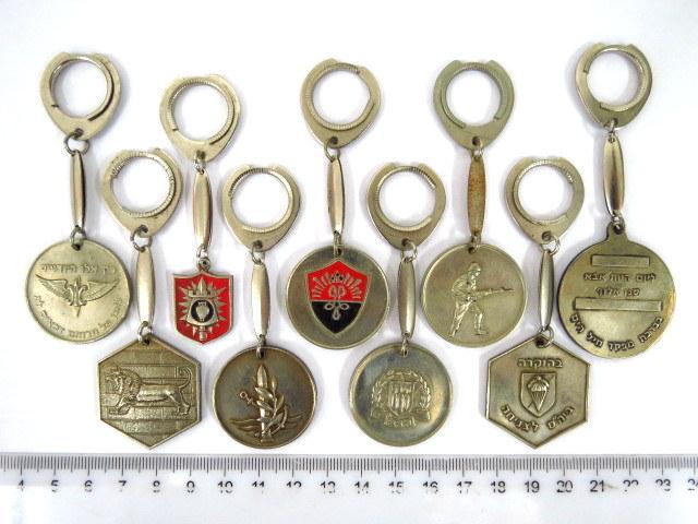 """תשעה מחזיקי מפתחות שונים כ""""א עם סמל יחי' צה""""ל"""