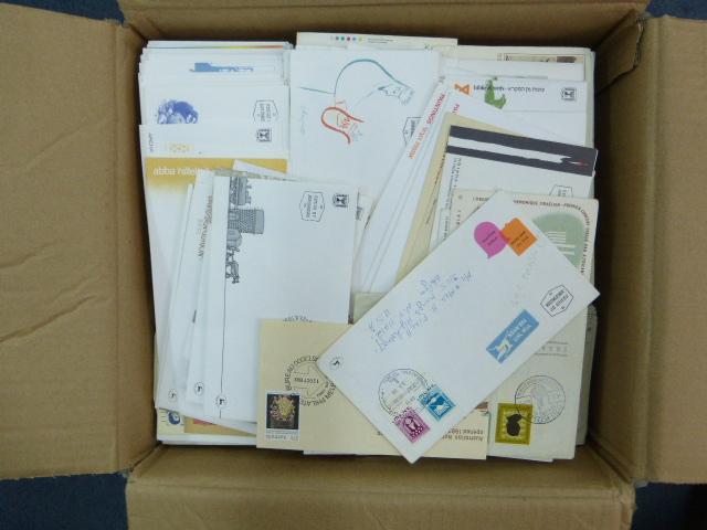 קרטון עם מעטפות יום ראשון ישראל וכל העולם, חלקם גם נשלחו בדואר