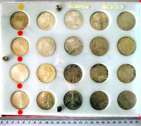 """אלבום מטבעות כסף אולימפיאדת מינכן 1972, ע""""ס 10 מרק כל מטבע, 4 הסדרות, כשבכל סדרה 5 מטבעות (סדרות D,F,G,J), שלם , חמצון קל"""
