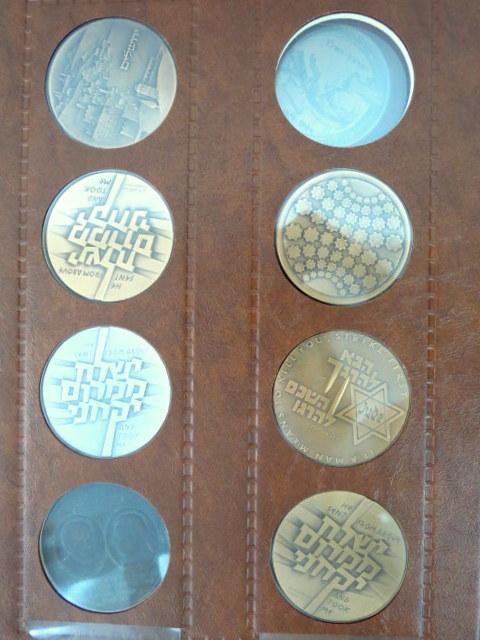 אלבום עם 60 מדליות ואסימונים כולל כ-900 גרם מדליות כסף סוגים שונים (ברוטו)