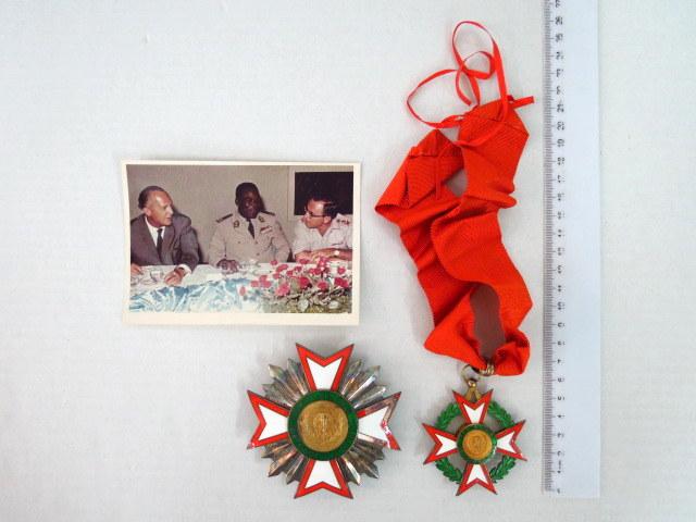 """שני אותות של רפובליקת חוף השנהב כסף ואמייל, וכן צילום של רא""""ל צבי צור וקצין בצבא חוף השנהב"""