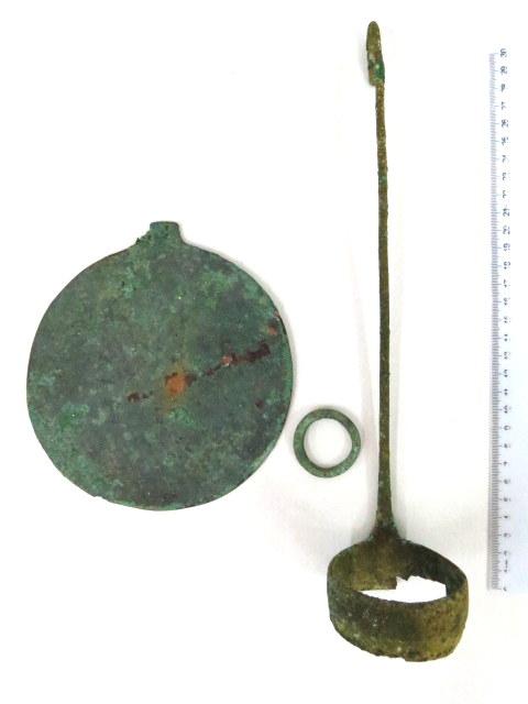 """שלושה פריטי ברונזה הלניסטיים מאות 2-3 לפנה""""ס, חלק מראה, מצקת וחישוק קטן"""