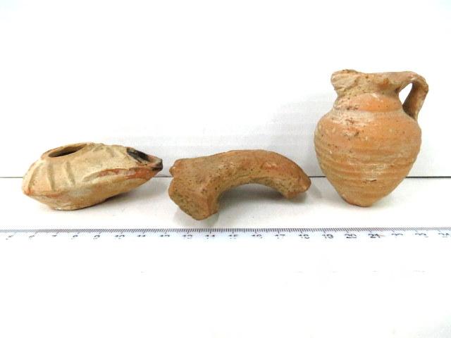 שלושה פריטי טרה קוטה, ארץ ישראל: נר וכד קטן, תקופה ביזנטית, מאות 4-6 לספירה, ידית כד עם חותם, תקופה ממלוקית