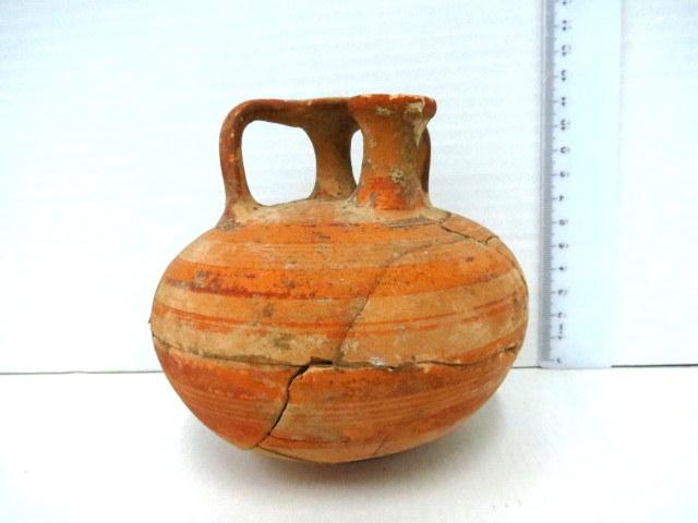 """פכית ארכובית, תקופה מיקנית 1200 לפנה""""ס (חסר, פגום ומתוקן)"""