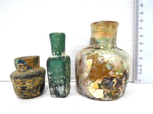 שלושה בקבוקונים מזכוכית, תקופה איסלמית מאוחרת, מאות 10-11